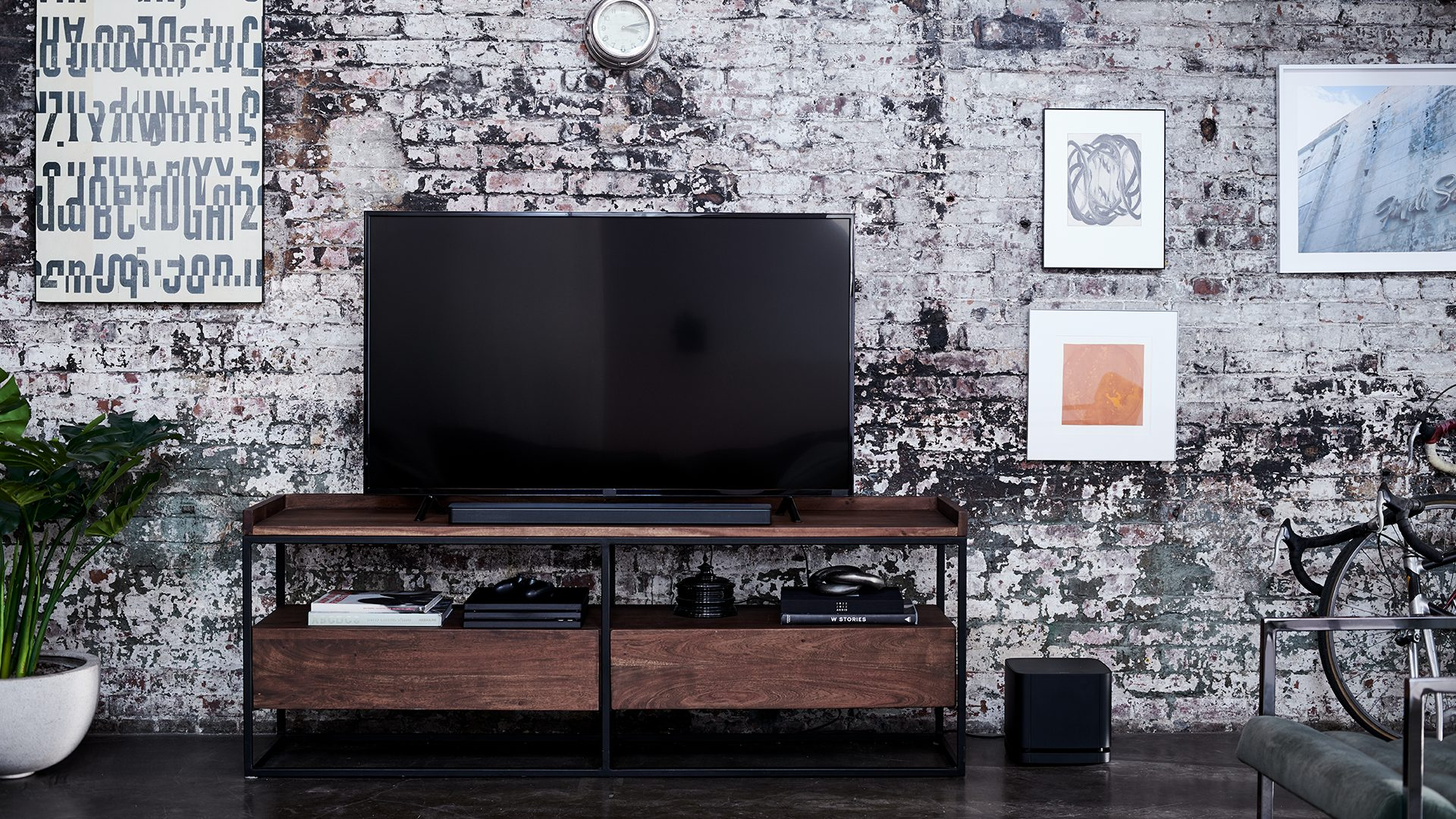 Bose Soundbar 700 with a TV and the Bose Bass Module 500
